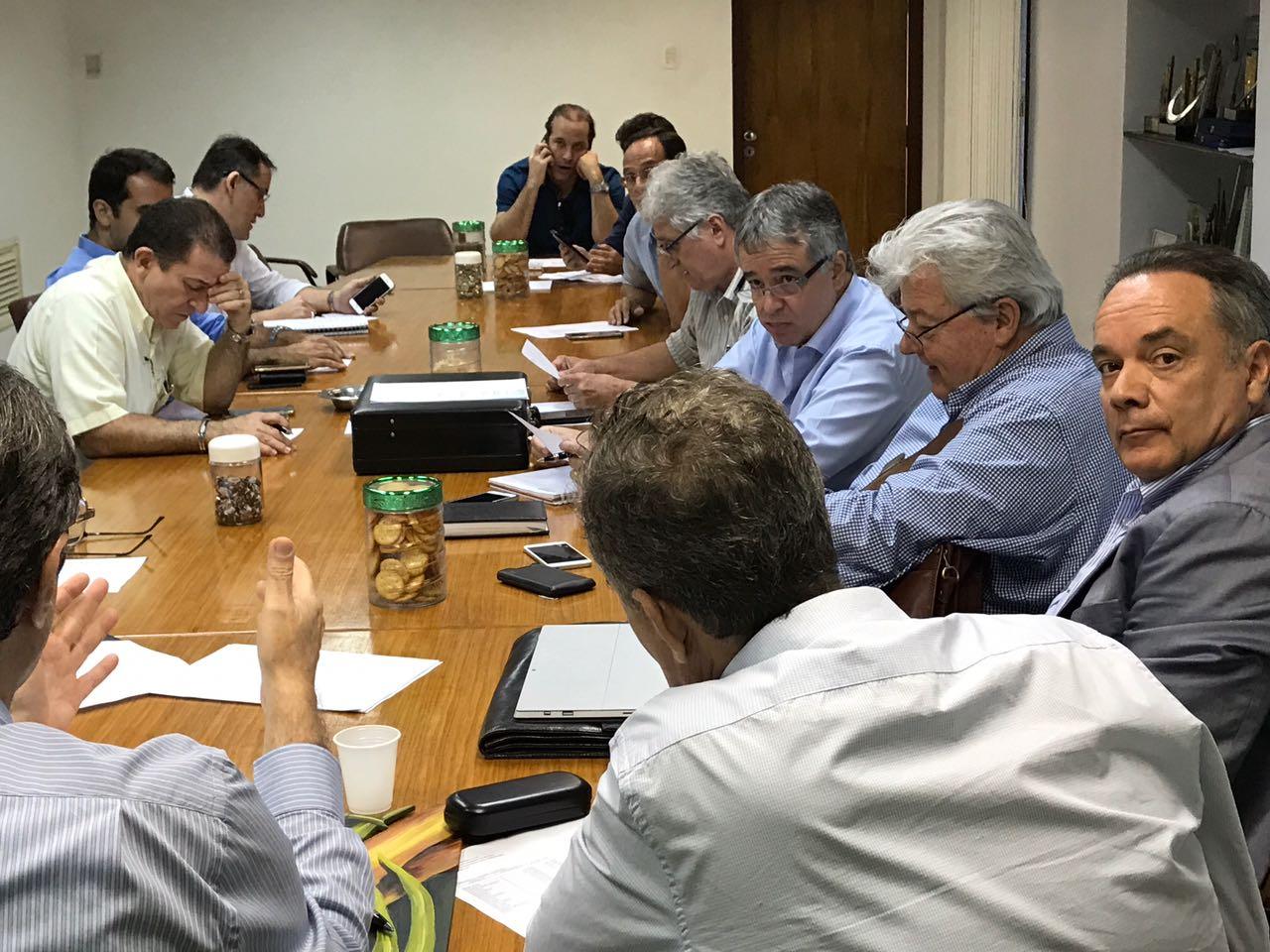 Na sede do SINDAÇÚCAR/PE, Renato Cunha presidindo reunião sobre exportações de açúcar, com as presenças de associados, dia 18/setembro/2017