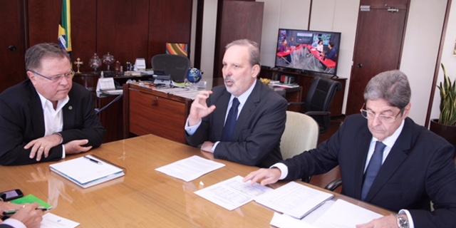 Em audiência com Ministro Blairo Maggi, Renato Cunha, Presidente do SINDAÇÚCAR/PE, acompanhado Senador Armando Monteiro Neto, discutem sobre tecnologia em mecanização agrícola com vistas</br> apoio da Embrapa, em Brasília, dia 24/abril/2018
