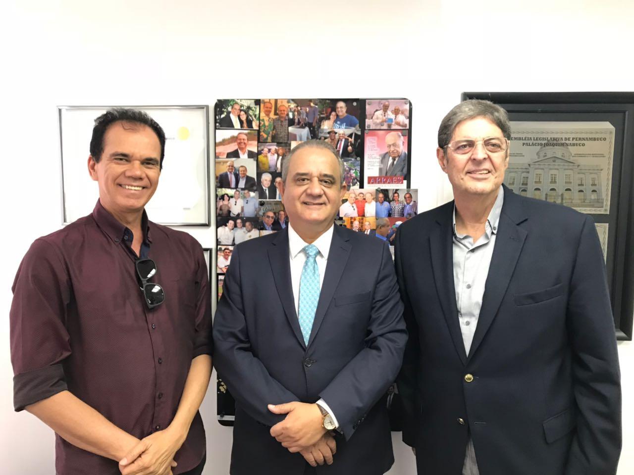 Em reunião na ALEPE, Alexandre Andrade Lima, Presidente da AFCPE, Deputado Aluisio Lessa e Renato Cunha, Presidente do SINDAÇÚCAR/PE, dia 22/maio/2018