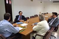 Renato Cunha, Presidente do SINDAÇÚCAR/PE, Sr. Charles Tang da Associação China Brasil e ex-Senador Ney Maranhão debatendo no SINDAÇÚCAR/PE sobre negócios bilaterais entre China e Brasil